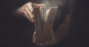 Homem abrindo livro